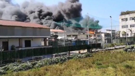 Castellammare di Stabia, a fuoco azienda di cosmetici. Colonna di fumo nero, evacuata la zona