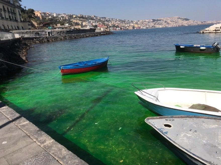 Napoli: il mare di Posillipo diventa verde, la denuncia dei Verdi