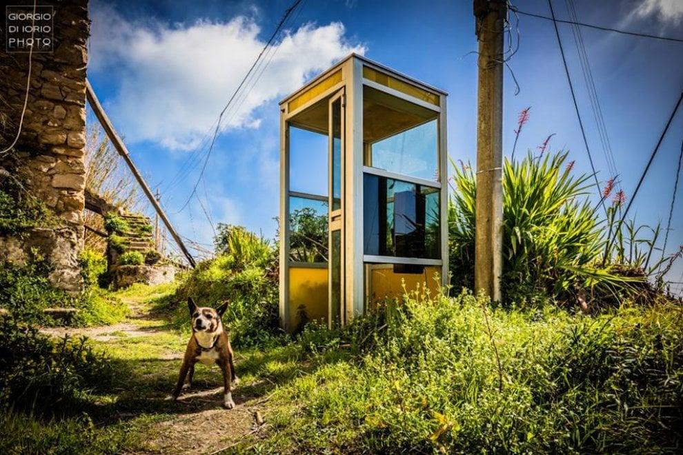 Ischia, la cabina telefonica abbandonata nel cuore della campagna