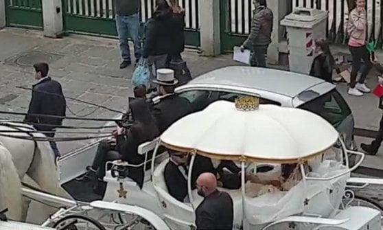 Napoli, matrimonio trash tra il neomelodico Tony Colombo e vedova di clan Tina Rispoli. Il Comune insorge