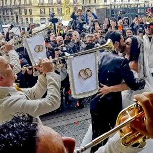 """Nozze trash a Napoli, ora indaga la Procura. Ecco il videoclip al Plebiscito. Colombo al sindaco: """"La gente sta con me"""""""
