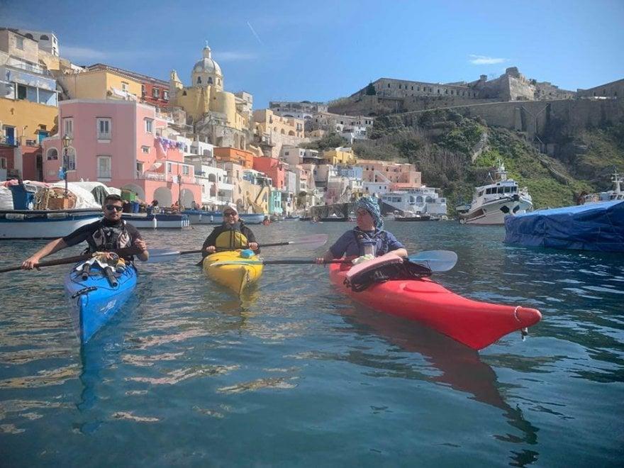 Procida, dal kayak al running: raccogliere plastica diventa uno sport