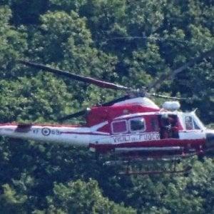 Incendio nei boschi di Barano d'Ischia, in azione un elicottero