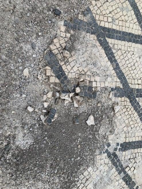 """Pompei, turista danneggia un mosaico nella """"Casa dell'Ancora"""": danni per tremila euro"""