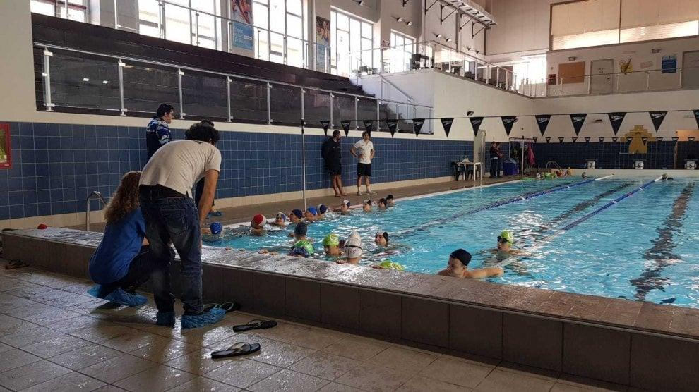 Aspettando la maratona di nuoto Capri-Napoli, bambini in acqua alla Caravaggio