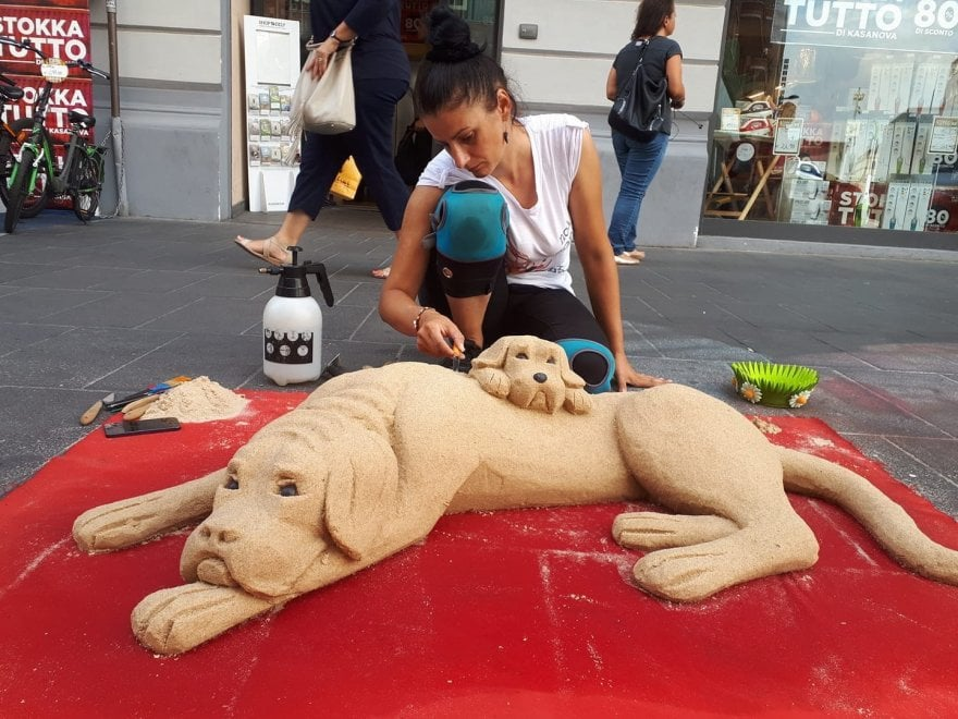 L'artista e i cani di sabbia incantano via Toledo