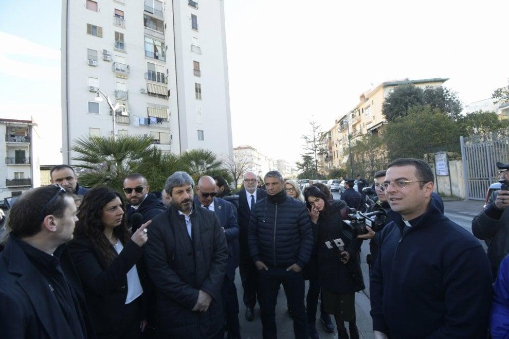 Napoli, la visita di Roberto Fico al Rione Villa