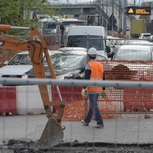 Napoli, voragine in via Reggia di Portici: traffico in tilt per i lavori in corso all'altezza di Gianturco