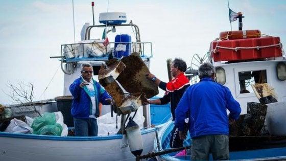 """Pescatori """"spazzini"""", a Ischia e nella penisola sorrentina la legge 'salvamare' è già operativa"""