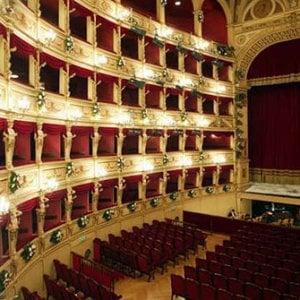 Salerno, Pulcinella di e Requiem al teatro Verdi
