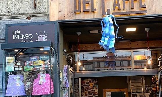 Napoli, si rompono le acque in strada: partorisce in un bar di piazza Garibaldi