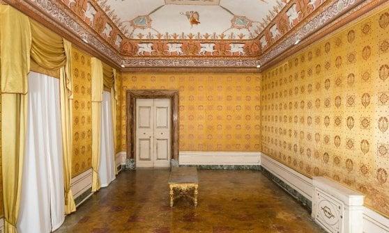 Reggia Portici, restaurate sete Sala del Consiglio