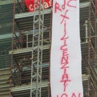 Napoli protesta contro il reddito di cittadinanza: due operai su un campanile.