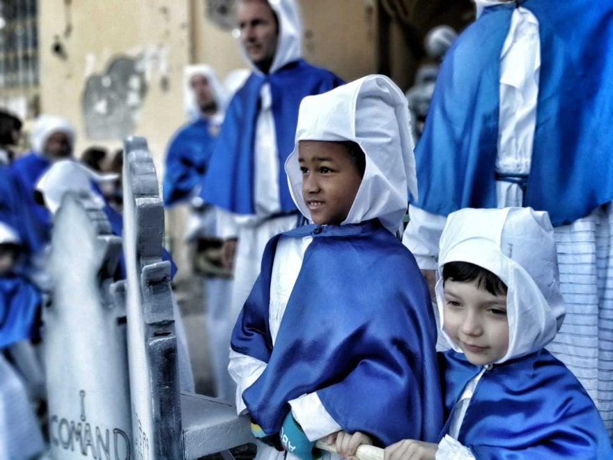 Procida, in quattromila per la Processione dei Misteri: per la prima volta le donne portano le tavole