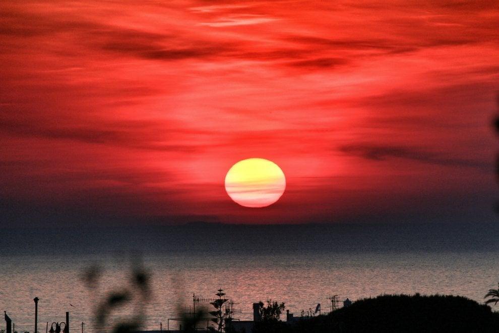 Ischia, cielo rosso fuoco per lo spettacolo del tramonto
