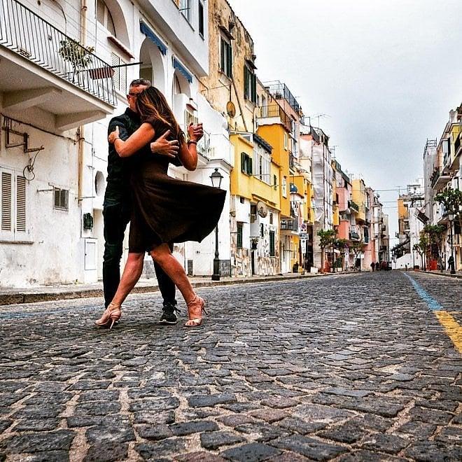 Ischia, il tango invade il borgo: la poesia della danza tra le case colorate