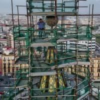 Napoli, gli operai licenziati lasciano il campanile dopo 4 giorni di protesta per il reddito
