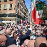 """25 aprile a Napoli, Fico sventola la bandiera Anpi: """"Il periodo fascista è uno schifo"""""""