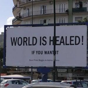 """Due professionisti napoletani tappezzano la città di manifesti: """"Il mondo è guarito, se lo vuoi"""""""