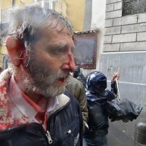 Napoli, scontri tra polizia e disoccupati prima dell'incontro con Zingaretti: 4 feriti e sei contusi