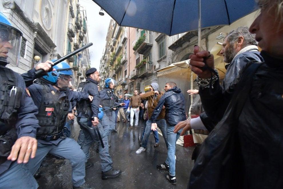 Napoli, scontri tra polizia e disoccupati prima dell'arrivo di Zingaretti (Pd)
