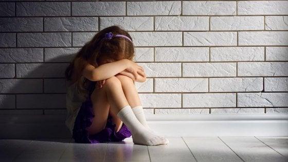 Sorelline picchiate e lasciate senza cibo, arrestati genitori nel Casertano
