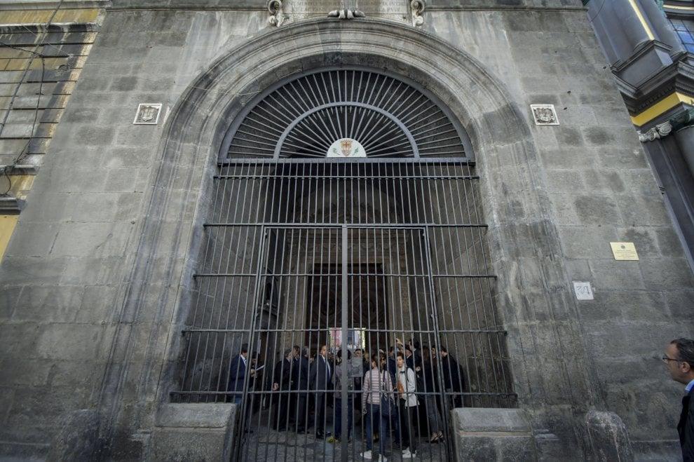Napoli, restaurato il cancello cinquecentesco dell'Annunziata