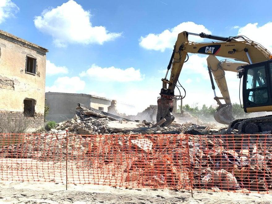 Castel Volturno, al via la demolizione delle villette abusive sulla spiaggia