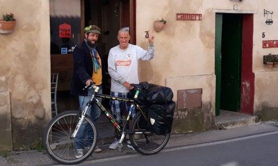 Janus, 82 anni, giramondo in bicicletta: l'impresa fa tappa in Campania
