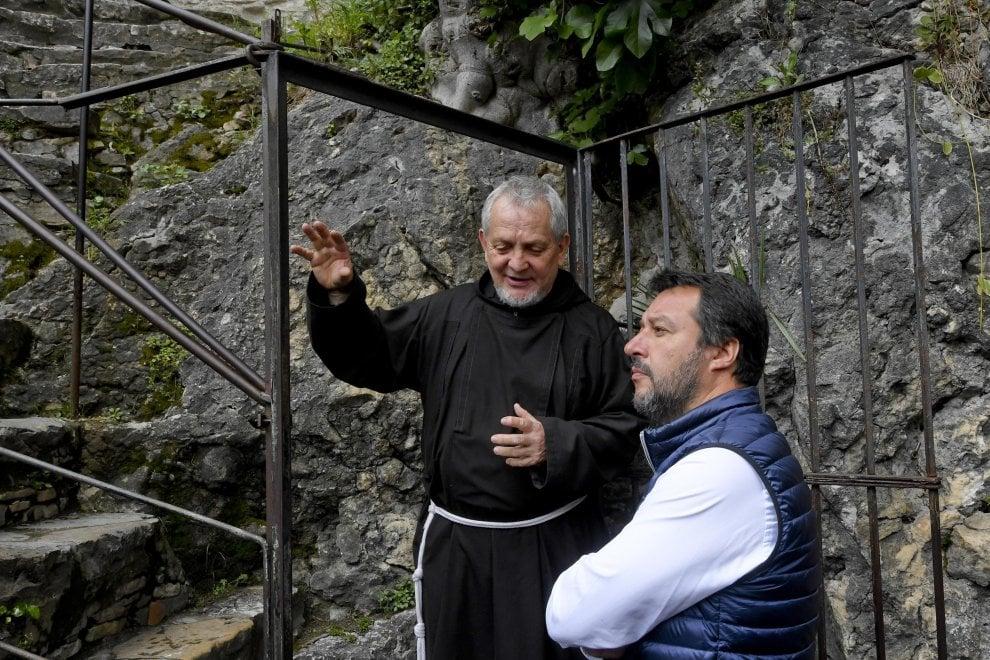 Benevento, Tweet di Salvini da Pietrelcina su Padre Pio: i followers si dividono