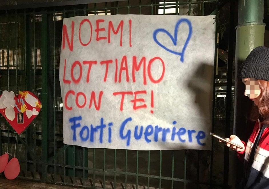 Le mamme di Napoli in preghiera davanti all'ospedale dove è ricoverata Noemi