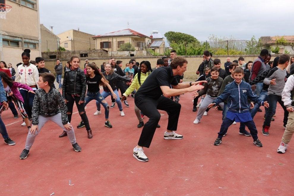 Shaw e Cooper giocano a basket con i ragazzi di Castel Volturno