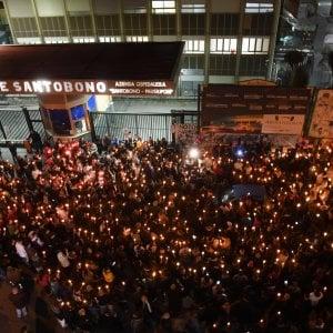 Noemi, in centinaia con le candele accese davanti all'ospedale Santobono