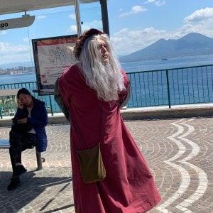 Napoli, curiosità: spunta un uomo vestito da Leonardo da Vinci