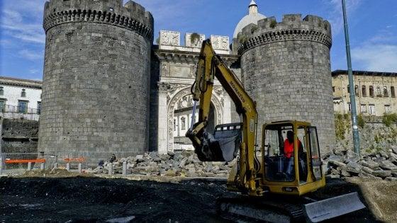 A Napoli riapre il cantiere per il restyling di Porta Capuana chiuso per racket e c'è un arresto