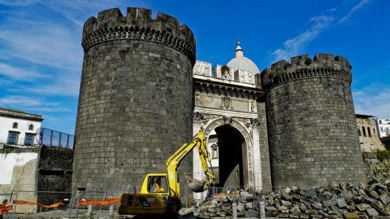 Racket in cantiere a Napoli, il sindaco tra gli operai dopo la riapertura