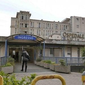 Napoli, dieci ore al pronto soccorso: paziente muore dopo due giorni