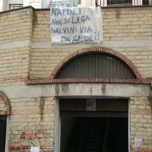 """Salvini a Napoli, la protesta """"dei balconi"""": spuntano striscioni contro il vicepremier"""