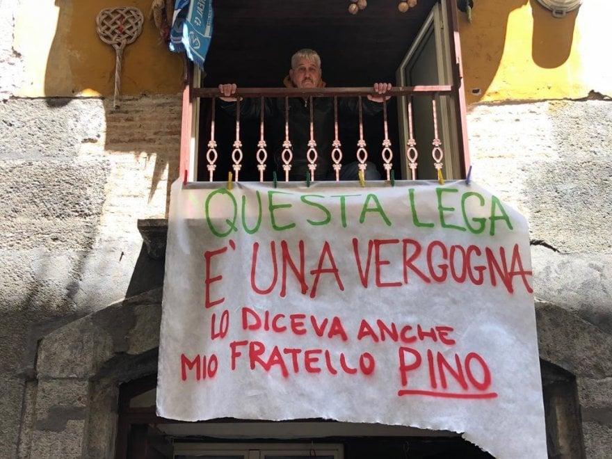 """Salvini a Napoli, lo striscione: """"Lo diceva anche mio fratello, Pino Daniele: Questa Lega è una vergogna"""""""