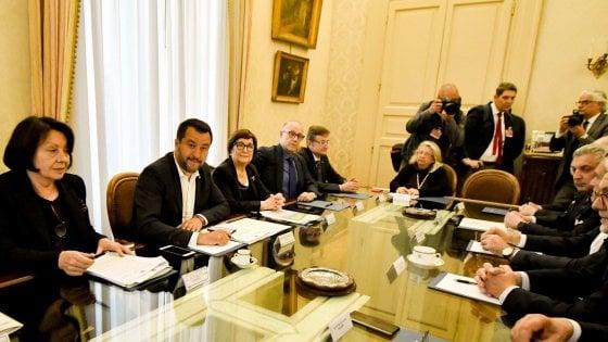 Napoli |  Salvini presiede il comitato per l' ordine pubblico |  corteo contro il vicepremier