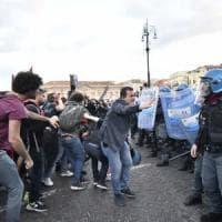 Salvini a Napoli, scontri tra polizia e manifestanti: lancio di transenne