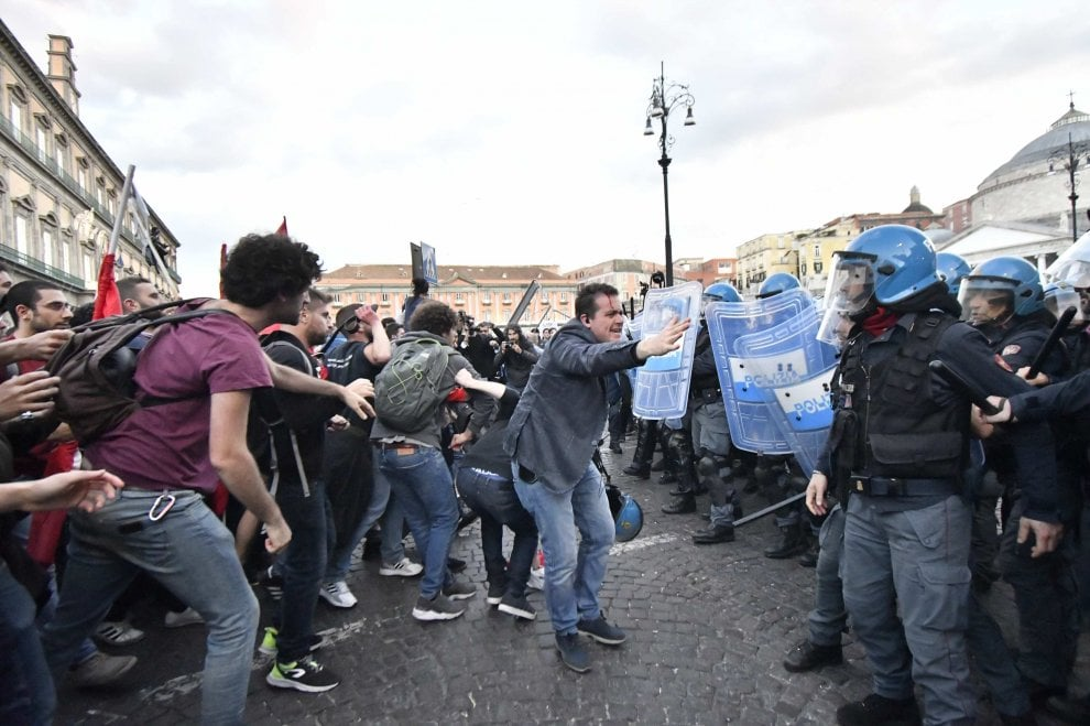 Napoli, corteo contro Salvini: scontri davanti alla prefettura