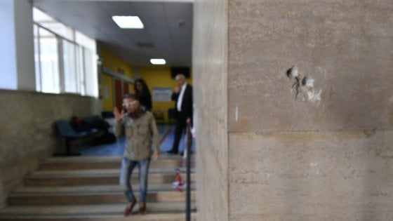 Napoli, agguato di camorra in ospedale contro un ragazzo ferito. Colpiti di striscio due minori