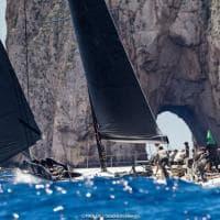 Capri, la regata e i faraglioni: lo scatto è spettacolare