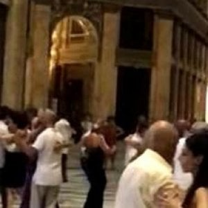 Napoli, sospesa la serata del tango in Galleria Umberto, scattano le multe