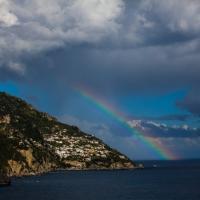 Positano, spunta l'arcobaleno: turisti a caccia di foto