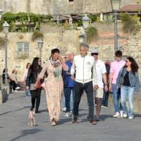 La passeggiata di Bocelli nel borgo di Ischia Ponte