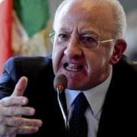 """De Luca attacca i giornalisti: """"Farabutti all'80 per cento, analfabeti al 10. Salvo solo la parte rimanente""""."""