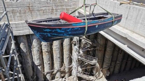 Napoli, una barca calata al Plebiscito: film nel sottosuolo