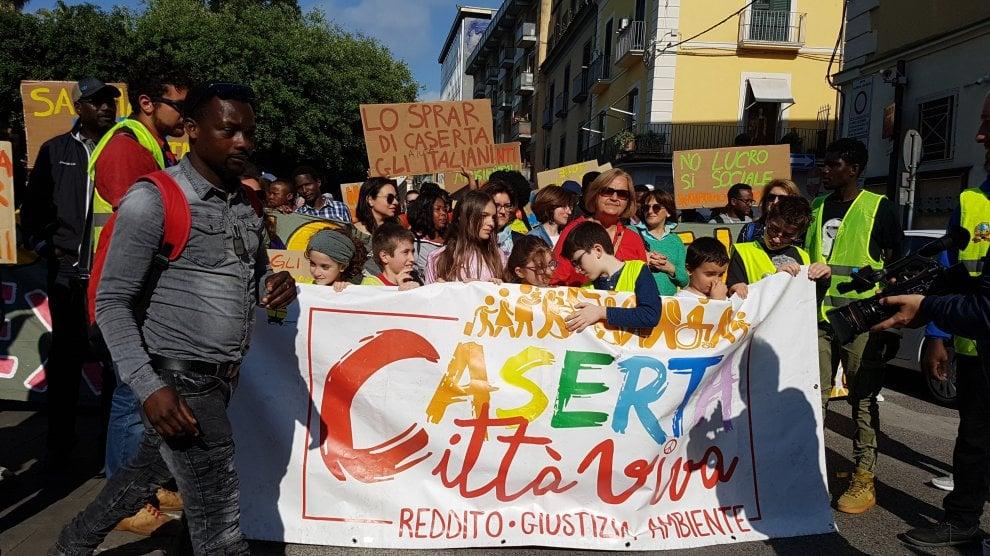 Caserta, centinaia in piazza per chiedere la riapertura dell'ex Canapificio